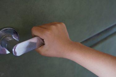 アパートの部屋の防音対策!ドアは隙間テープとゴムで塞ごう